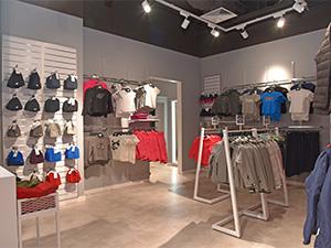 Wyposażenie sklepu odzieżowego półki, regały, manekiny, lada